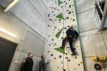 Ve Znojmě mají novou lezeckou stěnu. Slouží hasičům