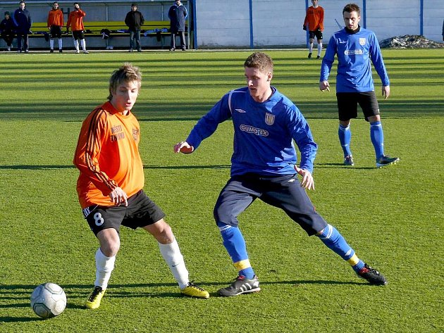 Fotbalista Ondřej Sukup (v oranžovém).