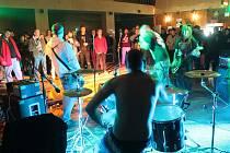 Sedm kapel z Moravy včetně jedné ze Slovenska pozvali organizátoři festivalu do moravskokrumlovského hotelu Epopej. Na snímcích kapely Carl Gut a Alea Lacta Est.