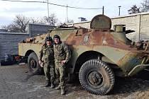 Petr Prokeš a Petr Komínek opravují obrněné vozidlo, chtějí ho vystavit u svého bunkru u vsi Dyje. Foto: archiv Petra Prokeše