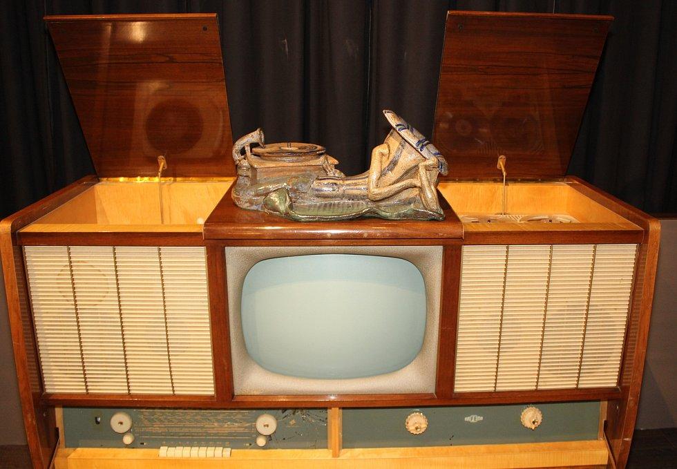 Velkou show připravili pořadatelé slavnostního otevření světového unikátu v Hatích: Muzea jukeboků, flipperů a další zábavní techniky Terra Technica. Muzeum otevřel Karel Gott.