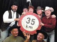 POMOC NEMOCNÝM. Country kapela Květinka přispívá již několik let na charitativní účely. Loni členové kapely oslavili pětatřicet let od vzniku.