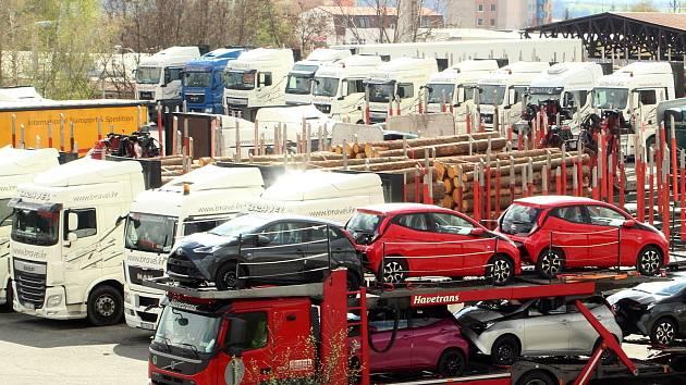 Jedinou větší plochou pro parkování desítek kamionů je plocha u benzínky ČAS na výjezdu ze Znojma na Brno.