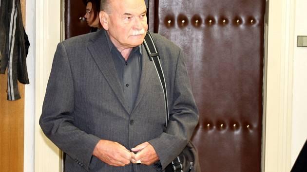 Důchodce Zbyšek Dřevojan u Znojemského soudu.