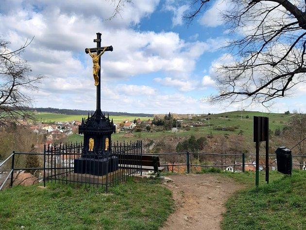 Illkův litinový kříž uvyhlídky pod Starým zámkem, nad údolím Jevišovky.