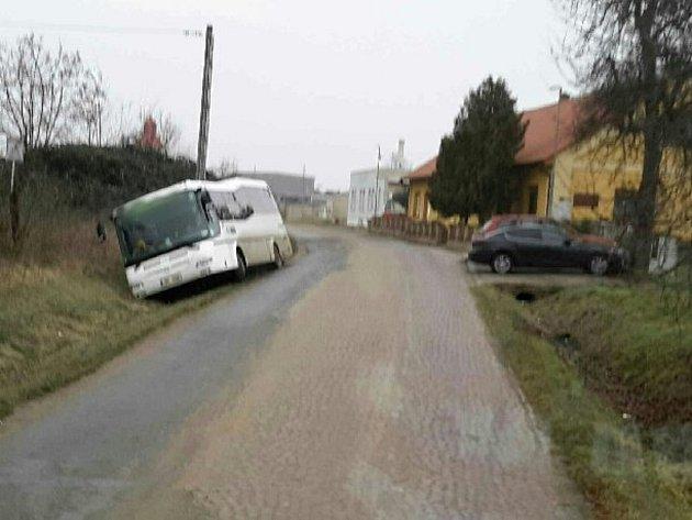 Autobus se uMiroslavi dostal mimo silnici po kolizi snákladním autem. Cestujícím pomáhali hasiči.