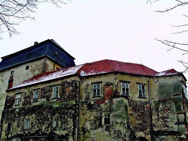 Chátrající zámek v Miroslavi - ilustrační foto.