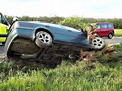 Řidič Škody Octavia v sobotu večer havaroval u Únanova. Narazil do stromu.