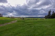 Pod Jelení horou. Na obzoru je hrad Roštejn. Blížící se déšť nás dohnal sto metrů před pramenem Dyje.