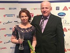 Vrchní sestra Oblastní charity Znojmo Angelika Osovská je Sestrou roku 2016. Na snímku s ředitelem znojemské Charity Evženem Adámkem.