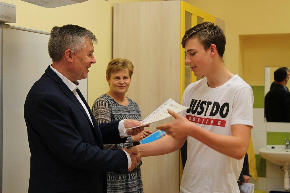 Úspěšní žáci ze ZŠ Republiky mají certifikát. Umí dobře anglicky.