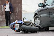 Na křižovatce uprostřed Prosiměřic se srazil motorkář s Volvem. Motocyklistu ošetřovali záchranáři.