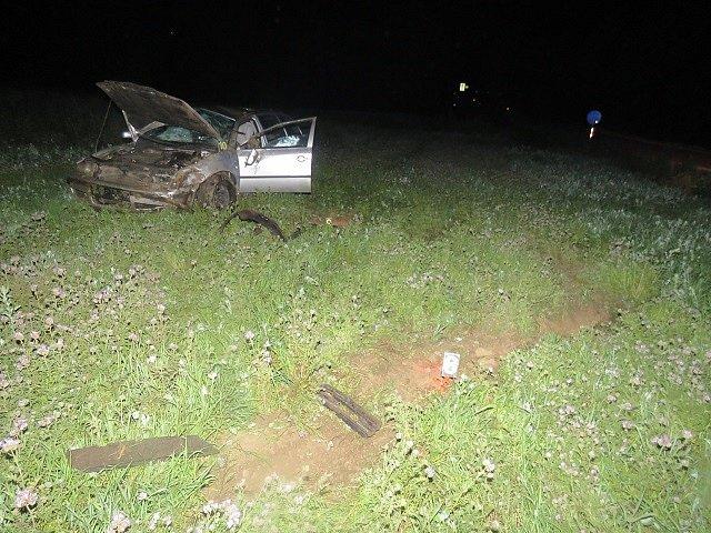 Ve vysoké rychlosti dostala v zatáčce smyk a v příkopu otočila auto na střechu. To nakonec skončilo stát v polích zpět na kolech. Mladá řidička nadýchala 2,68 promile alkoholu. Vyvázla s lehkým zraněním.