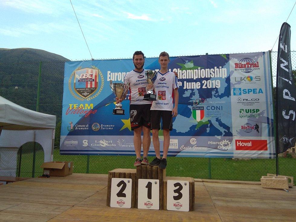 Znojemští biketrialisté Marek Hlávka (vlevo) a René Vymětal ml. získali v Itálii tituly mistrů Evropy.