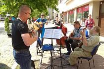 Krumlovský Town Band hrál nedávno při Hudbě v ulicích na krumlovském náměstí.