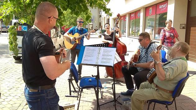 Tóny piána i kapel v ulicích? Moravský Krumlov láká muzikanty k hraní na náměstí