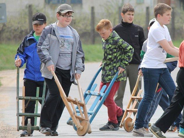 Skupinka kluků z Mramotic ve věku od tří do šestnácti let vyrazila včera s hrkačkami také do ulic své vesničky.