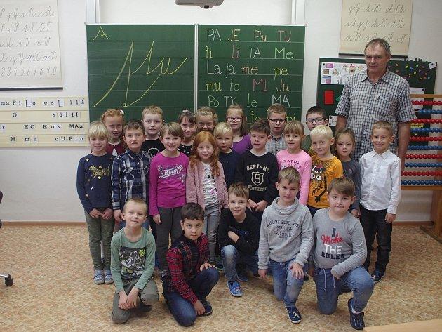 Źáci první třídy ZŠ nám. Republiky spanem učitelem Pavlem Veselkou.