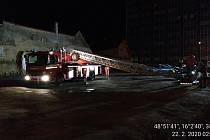Manévry měli kvůli jednomu opilci policisté, hasiči a strážníci v Pražské ulici ve Znojmě.