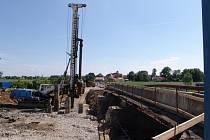 V těchto dnech pracují dělníci na mostě mezi Prosiměřicemi a Vítonicemi, který je ve špatném stavu. V místě vznikne zcela nový most. Stát bude osmnáct milionů korun.