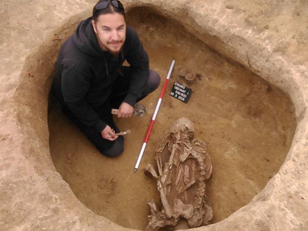 Na další části stavby budoucího obchvatu Znojma, nedaleko silnice ze Znojma do Suchohrdel, našli archeologové lidskou kostru.