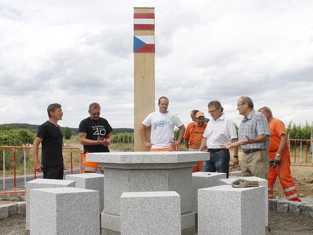 Na státní hranici u Hnanic vzniká symbol sousedství. Kamenný stůl, jehož středem prochází hranice Rakouska a České republiky.