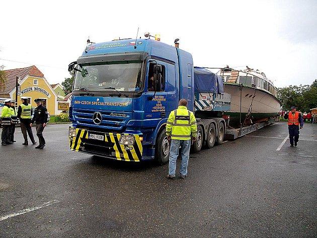 Ještě i ze středy na čtvrtek zůstával maďarský hydrobus, převezený na Znojemsko ze slovenského Gabčíkova, naložený na přepravním valníku.