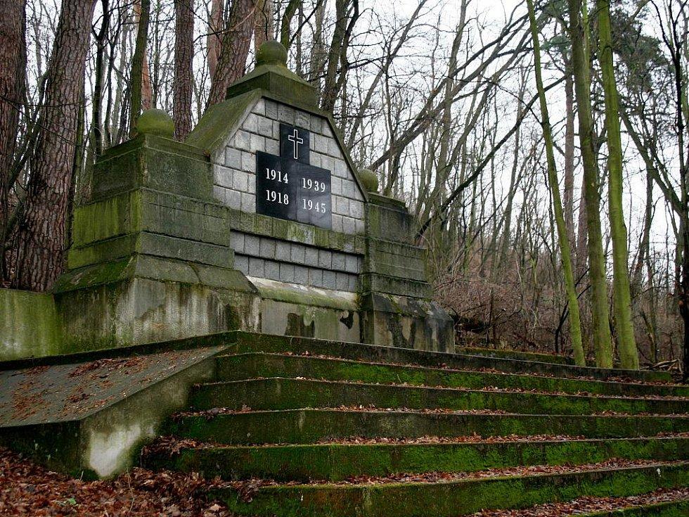 Nedaleko kostela je památník světovým válkám.