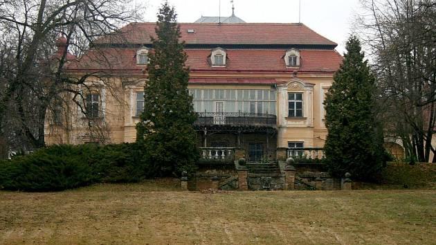 Areál lechovického zámku v posledních letech sloužil jako azyl pro lidi, kteří se potýkali s drogami.