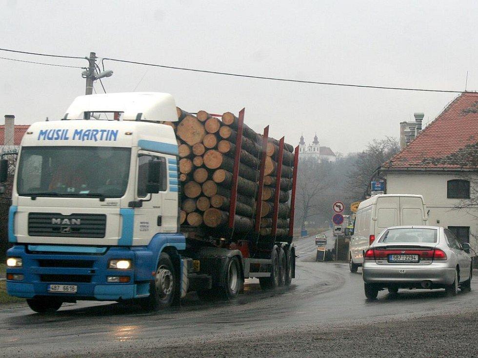 Lechovicemi projíždějí tisíce aut denně, včetně těžkých kamionů. Obchvat, který by obci výrazně ulehčil, je však v nedohlednu.