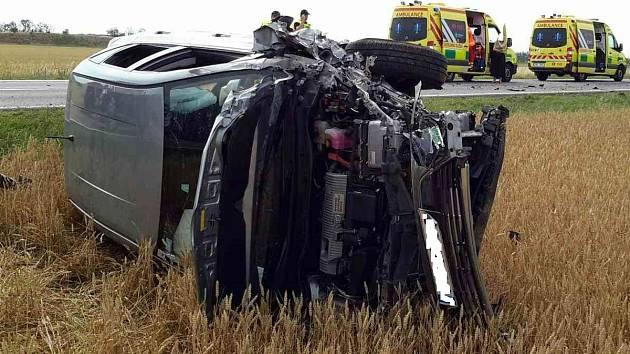 Havárie motocyklu a osobního auta si u Vrbovce na Znojemsku vyžádala čtyři zraněné, za nimiž vyletěl i vrtulník. Motorkářku se záchranáři snažili oživit. Bez úspěšně, na místě zemřela.