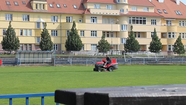 Znojemský fotbalový stadion Čafka a jeho okolí přestala hyzdit nevzhledná plechová zeď.