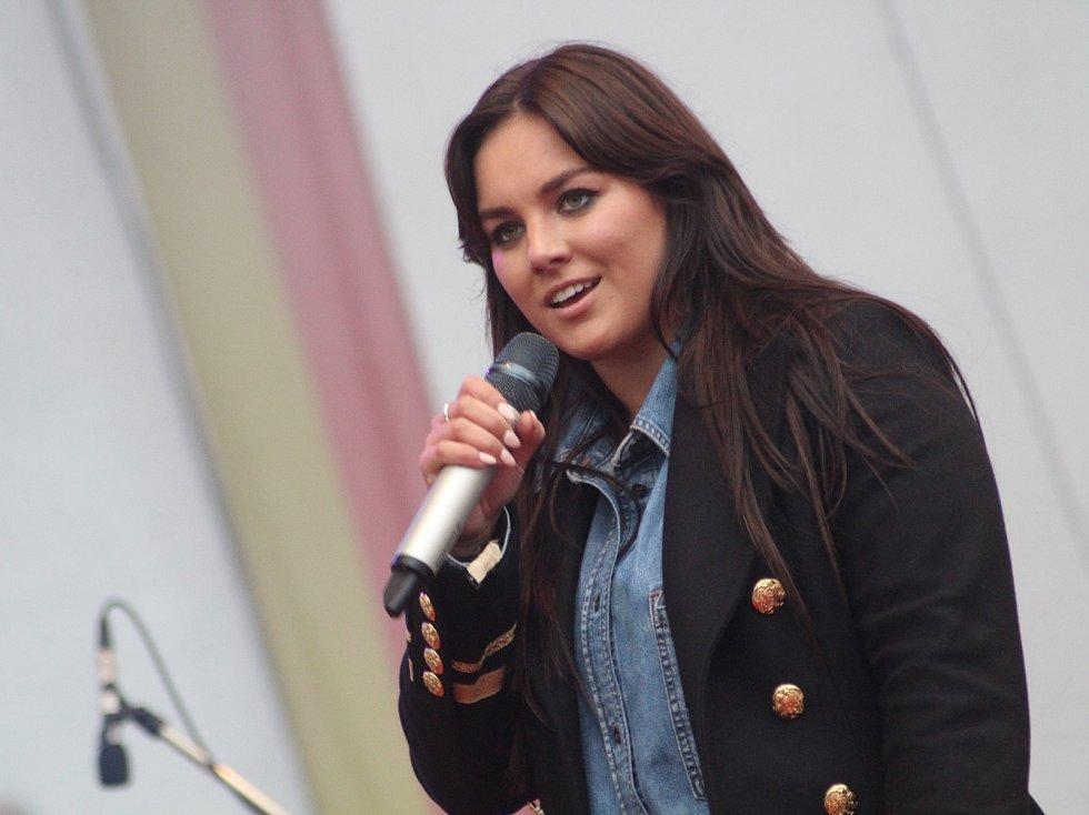 Koncerty Ewy Farne musí fanoušky bavit. Zpěvačka se nebojí na pódiu tancovat, což doprovází rockovým prohazováním vlasů. Ve Znojmě předvedla i slušivý outfit.