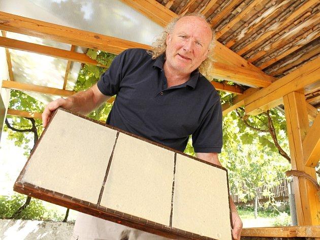 Papírník Karel David vyrábí v Želeticích na Znojemsku už šestnáct let ruční papír.