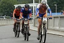 NA HRÁZI. Cyklisté v rámci MTB maratonu absolvují padesát kilometrů v kopcovitém terénu. Odpočinou si pouze při průjezdu areálem vranovské přehrady.