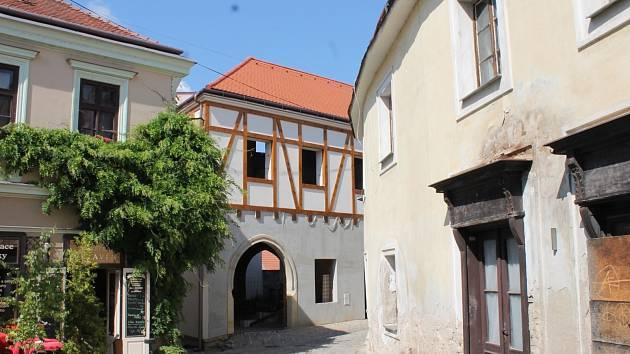 Znojmo zrušilo souhlas s vyplacením měststké dotace na dům v Klácelově ulici ve Znojmě. Podléhá totiž dvoumilionové exekuci.