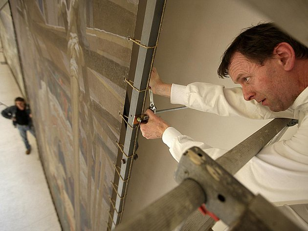 Muchova plátna už zdobí zdi Malé dvorany Veletržního paláce. Běžní návštěvníci je uvidí na konci března.