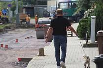 Ulice Fejfalíkova je dnes uzavřena pro veškerý provoz. Na jedné straně vzniká nový chodník se zámkovou dlažbou, druhá strana ulice má dostat zelený pás.