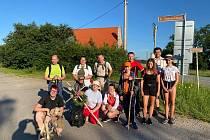 Poutníci z Rešic na cestě do Hlubokých Mašůvek