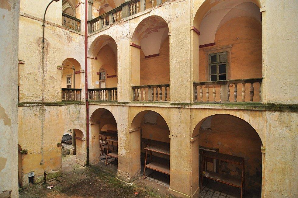 Interiéry krumlovského zámku se proměnily v světovou galerii. Splňují parametry pro nastěhování Slovanské epopeje.