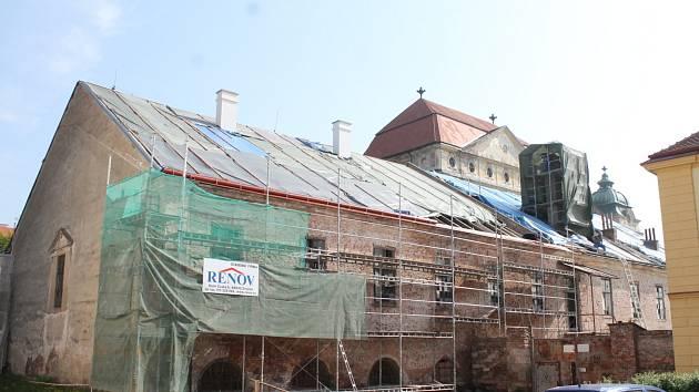 Opravy jízdárny Louckého kláštera jsou nyní v plném proudu. Historickou budovu obepnulo lešení, střecha je rozebraná.