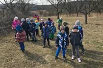 Děti z Mateřské školy Vedrovice na vycházce.