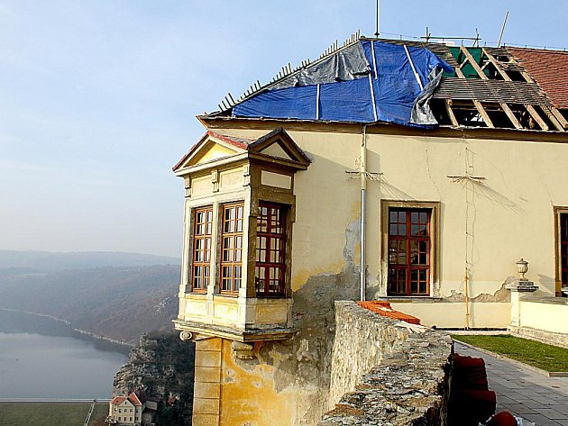"""Znojemský hrad prochází částečnou rekonstrukcí. Řemeslníci opravují krovy na střeše a vyměňují latě. Pak položí bobrovku. """"Uvnitř hradu musíme  ještě opravit část stropu, který zasáhla dřevomorka,"""" uvedl hlavní stavbyvedoucí Pavel Kapinus."""