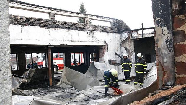 Teprve před rokem zrekonstruovaný kulturní dům ve Starém Petříně lehl v únoru popelem. U požáru zasahovalo sedm jednotek hasičů, přesto se jim objekt nepodařilo zachránit.