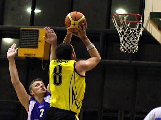 Znojemští basketbalisté v utkání s Husovicemi.