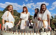 Burčákfest zaplnil  nádvoří Louckého kláštera ve Znojmě.  Oblíbenou podívanou je šlapání hroznů.