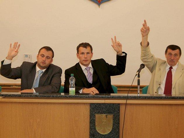 Nový starosta Vlastimil Gabrhel (uprostřed) předsedal své první schůzi.
