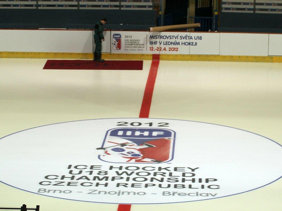 Už jen pár maličkostí zbývá dodělat na znojemském zimním stadionu, aby zde mohl vypuknout hokejový šampionát hráčů do osmnácti let.