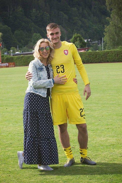 Martina Trmalová (vlevo) svého syna Matouše maximálně podporuje. Mimo chytání v reprezentaci U21 stráží Trmal i branku portugalské prvoligové Vitórie SC.