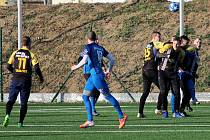 Tasovičtí fotbalisté (v černožlutém) porazili v sobotním druhém přípravném utkání celek třetiligového Wullersdorfu z Rakouska 6:1.